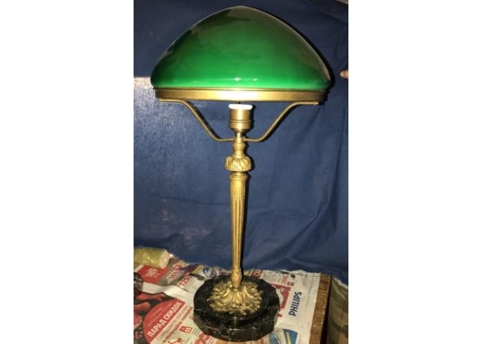 Старинная лампа с зёленым стеклом и каменным основанием