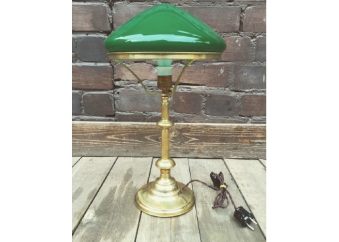 Настольная лампа с зеленым плафоном, полированная.